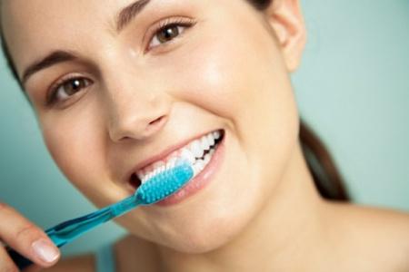 В качестве профилактики стоматита следует ежедневно чистить зубы